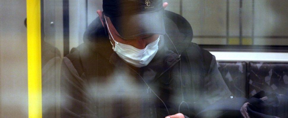 Mann mit Schutzmaske in einer U