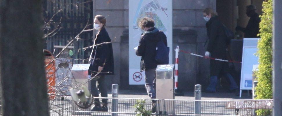 Menschen mit Schutzmaske vor einem Krankenhaus, über dts