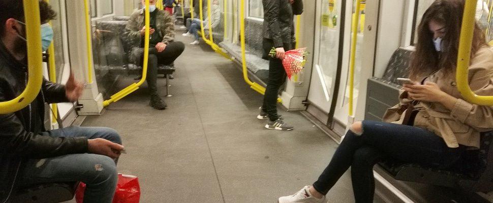 Passagiere in einer U