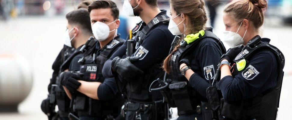 Polizisten mit Mundschutz, über dts