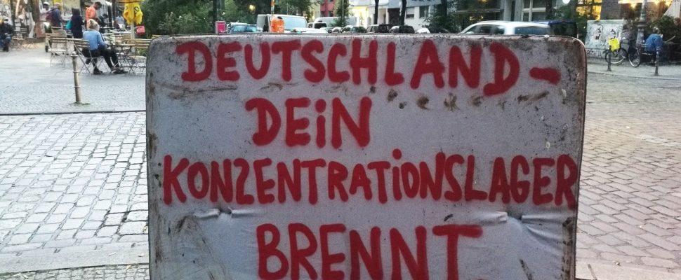 Cartel de protesta tras el incendio del campo de refugiados de Moria, sobre dts