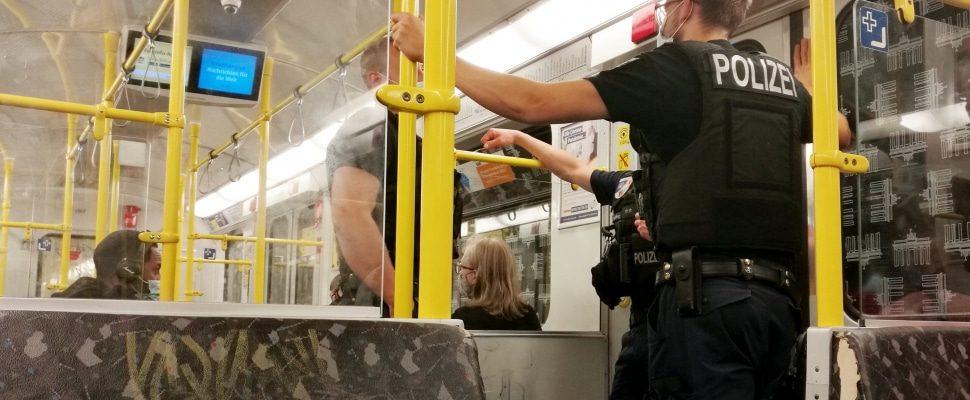 Polizei kontrolliert Maskenpflicht in U