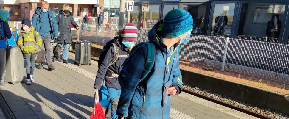 Urlauber reisen mit Schutzmaske ab, über dts