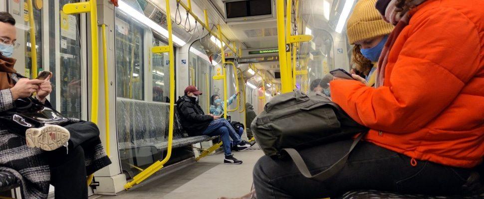 Fahrgäste mit Maske in einer U