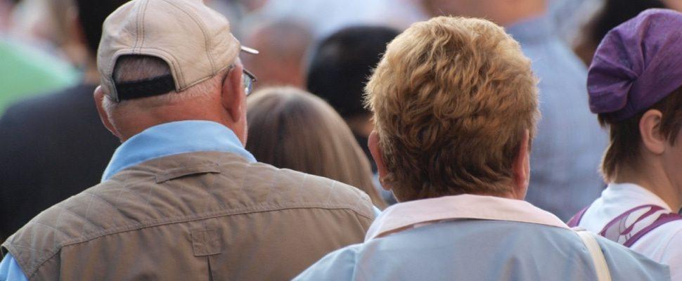 Senioren in einer Fußgängerzone, über dts
