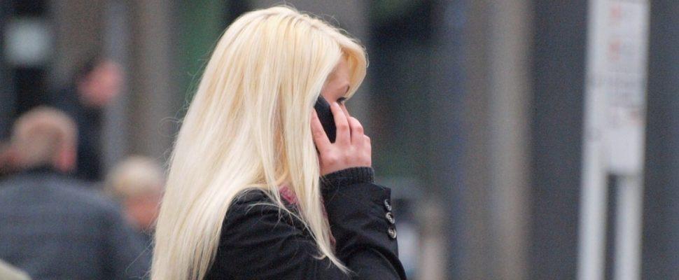 Blonde Frau mit Telefon, über dts