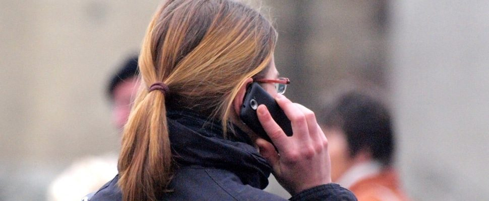 Frau mit Telefon, über dts