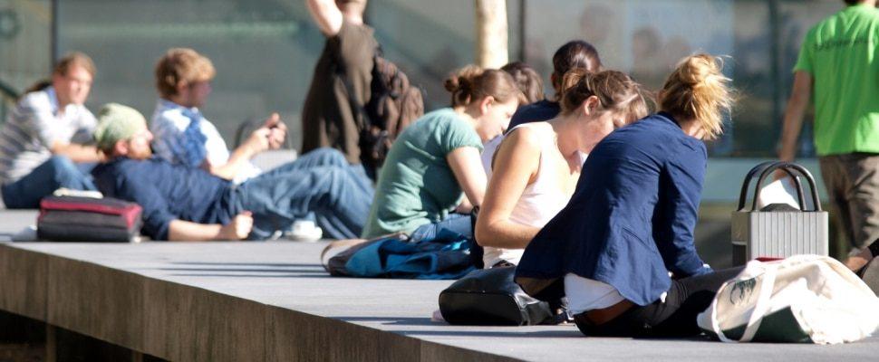 Jóvenes frente a una universidad, sobre dts