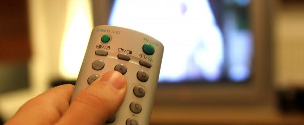 Fernsehzuschauer mit einer Fernbedienung, über dts