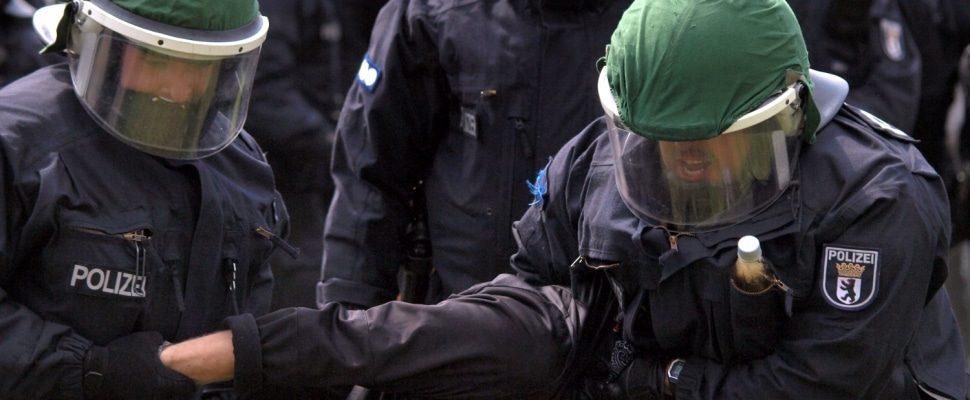 Polizisten führen eine Festnahme durch, über dts