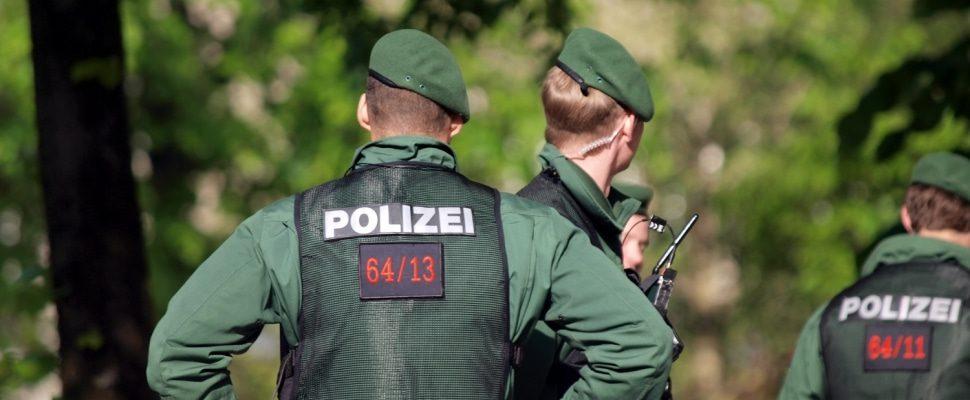 Polizisten an einer Absperrung, über dts