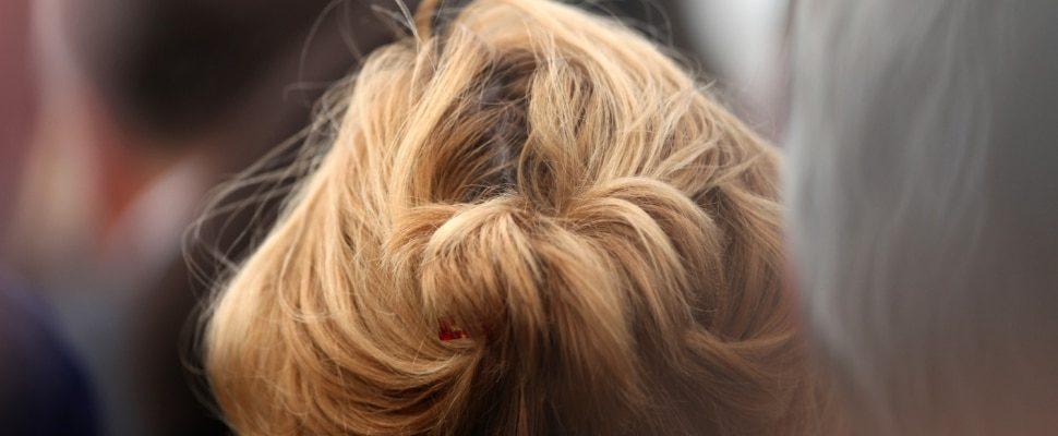 Frau mit blondem Haar, über dts