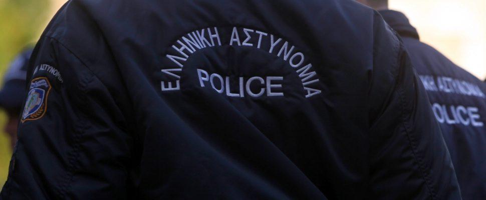 Policía griego, sobre dts