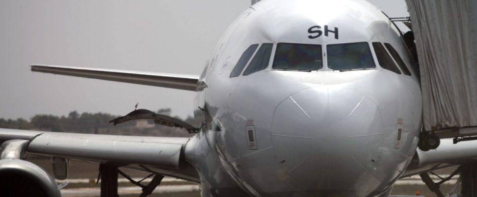 Flugzeug mit Passagieren auf dem Rollfeld, über dts