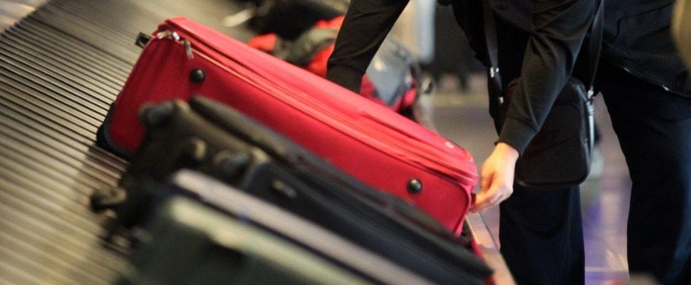 Reisende an einem Gepäckband, über dts
