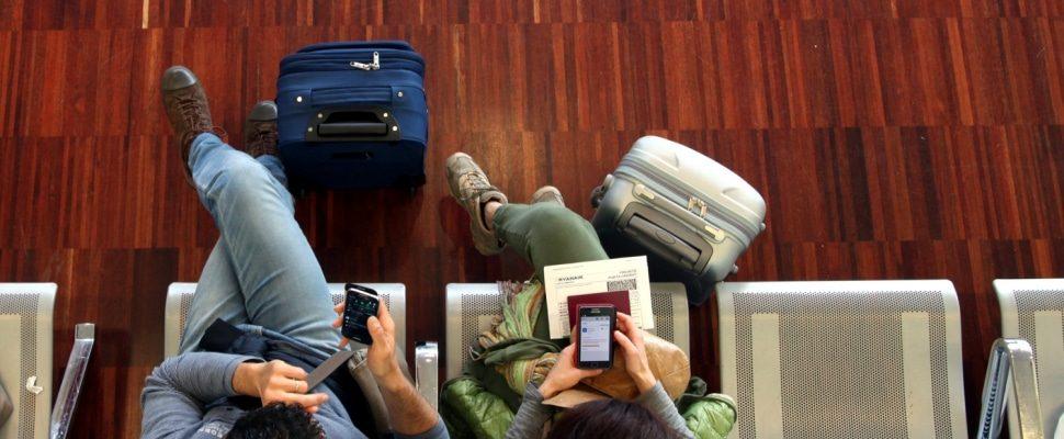 Una pareja espera en el aeropuerto, vía dts