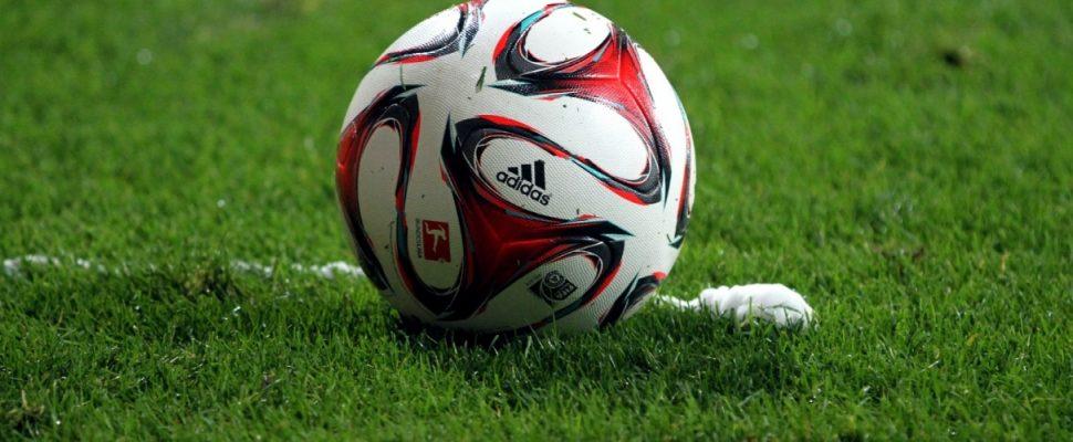 Fußball liegt vor Freistoßspray, über dts