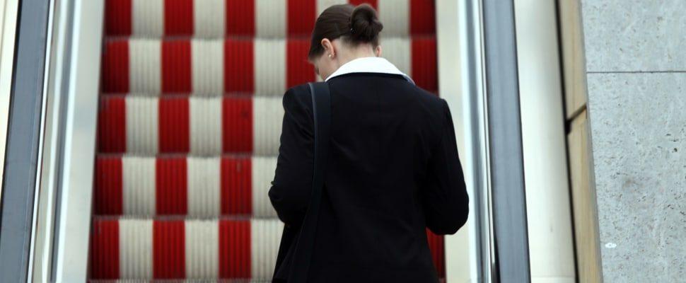 Frau auf einer Rolltreppe, über dts