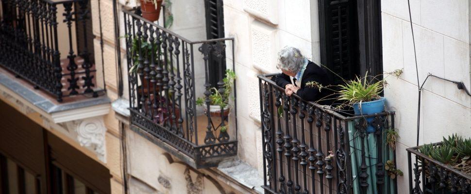 Seniorin schaut von einem Balkon, über dts