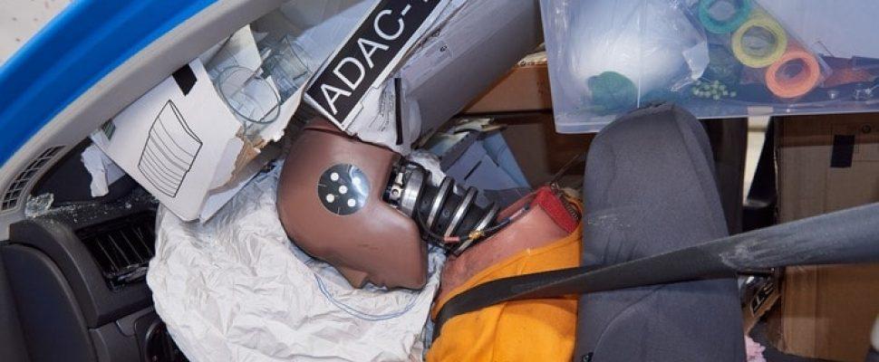 Kommt ein Möbel geflogen! / ADAC Crashtest: Ungesicherte Einkäufe aus Bau- oder Möbelmarkt bei Unfall lebensgefährlich / Crashtest mit ungesicherter Ladung: Kleinteile treffen den Fahrer hart am Kopf. Weiterer Text über ots und www.presseportal.de/nr/7849 / Die Verwendung dieses Bildes ist für redaktionelle Zwecke honorarfrei. Veröffentlichung bitte unter Quellenangabe: