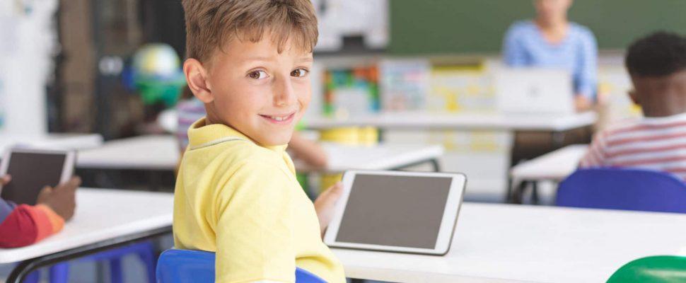 Schüler mit Tablet